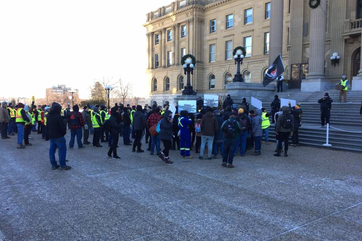 Edmonton police respond as 'yellow vest' rally, counter-protest turns violent
