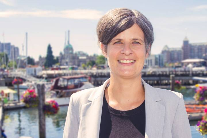 Victoria mayor says she'll keep an open mind on oil sands tour