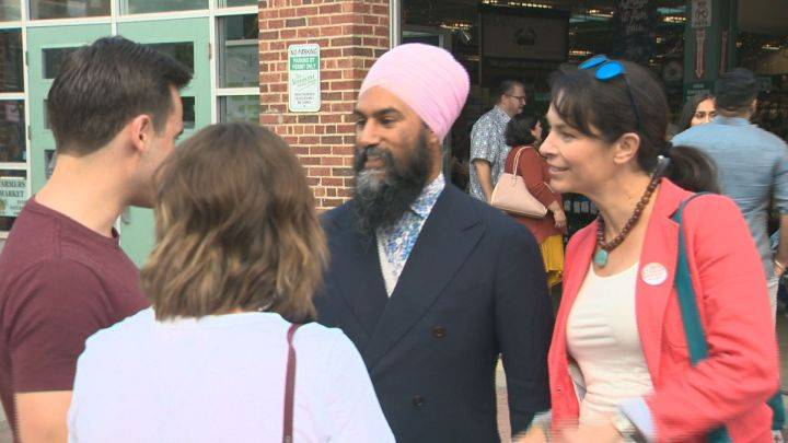 Federal NDP leader visits party stronghold, mingles with potential voters at Edmonton Fringe Festival