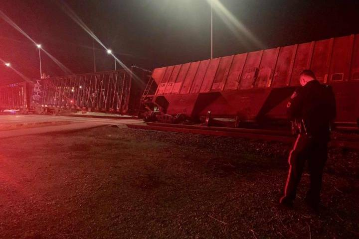 Emergency crews respond to train derailment in southeast Calgary