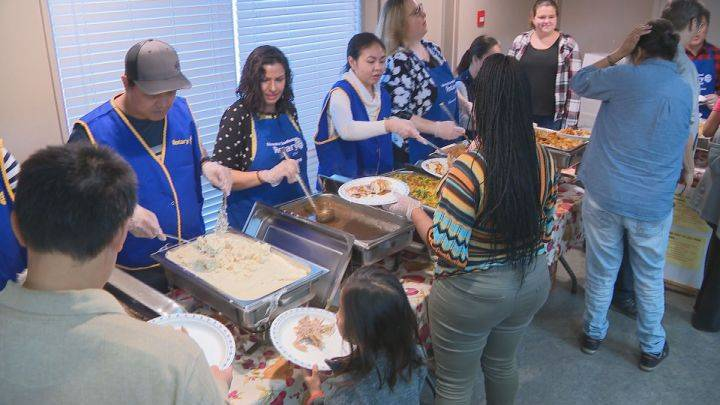 Annual Thanksgiving dinner provides hot meal to Edmontonians: 'It's absolutely mandatory'