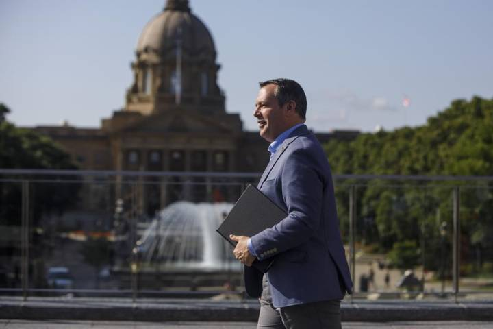 Arbitrator decides some Alberta public sector workers will get raise; UCP says job cuts possible