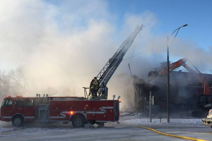 Fire crews battle blaze at Wetaskiwin apartment building