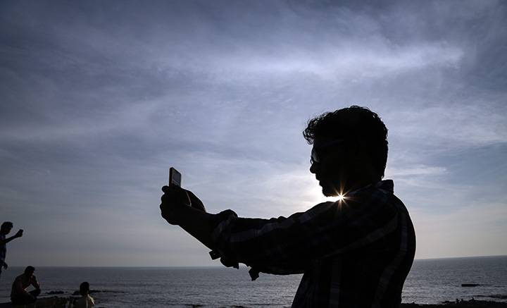 Selfies scratch social approval itch for narcissists: U of A psych prof's study