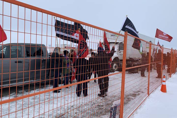Trucks moving through Alberta fuel blockade, fences to come down as Unifor complies with injunction