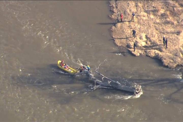Calgary fire crews rescue 2 rafters from Bow River on Tuesday night