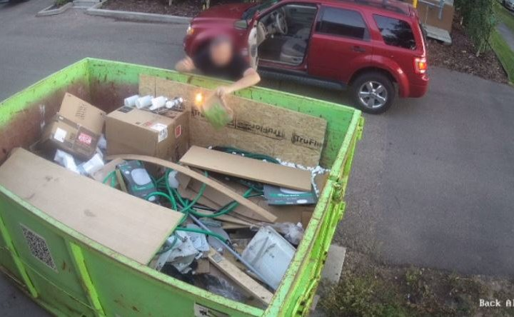 Man appears to casually set dumpster fire in Edmonton's Boonie Doon neighbourhood