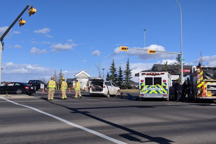 Crash in southeast Calgary sends 6 people to hospital